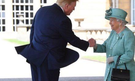 La Reina Isabel se Burló Magistralmente de Trump al Escoger su Regalo Real