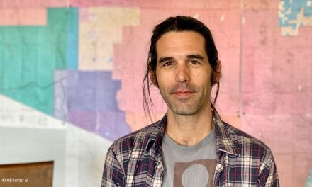 Scott se Enfrenta a 20 Años de Cárcel Por Dejar Agua a los Migrantes en el Desierto, a Menos Que…