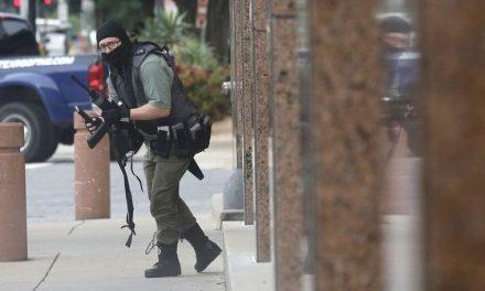 Baleado Ultra Derechista Que se Abalanzó Sobre un Edificio Federal en Dallas Con un Rifle de Asalto