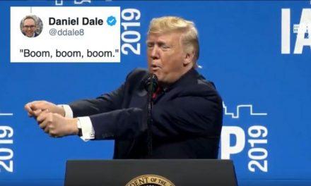 La Extraña Pantomima de Trump Dejó Perplejos a los Policías. Y Dijo Que Uno Había Querido Besarlo
