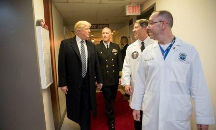 """Visita Inesperada de Trump al Hospital Aviva las Especulaciones de Posible """"Renuncia"""" Por Salud"""