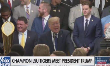 Los Tigres de Louisina se Tornan Incómodos Cuando Trump Convierte la Visita de los Campeones en una Maldición
