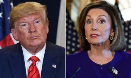"""Pelosi se Burla Magistralmente de Trump y de sus Burdos Ataques de Llamarla """"Nancy la Loca"""""""