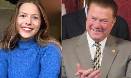 """""""Ellos Podrían Divertirse Mucho Contigo"""" Dice Senador Republicano a Periodista en Una Escuela de Niños"""