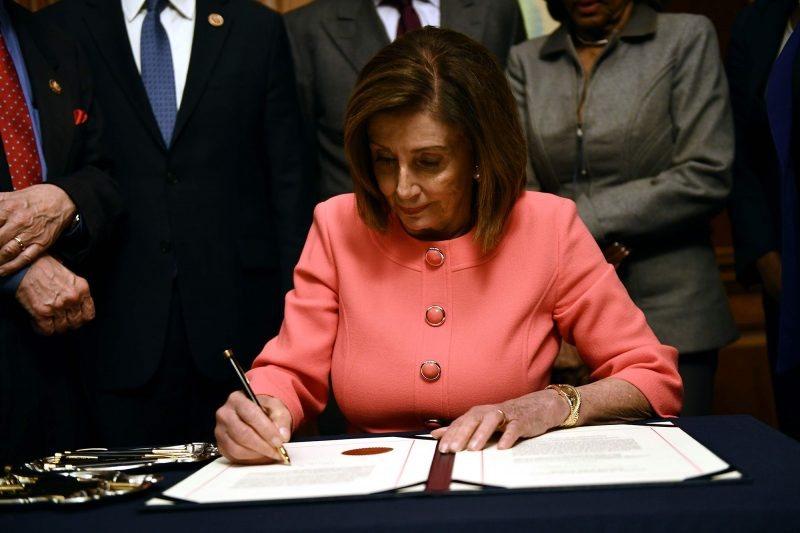 Revelada la Verdad Sobre las Plumas Que Nancy Pelosi Utilizó Para Firmar los Artículos del Juicio Político de Trump