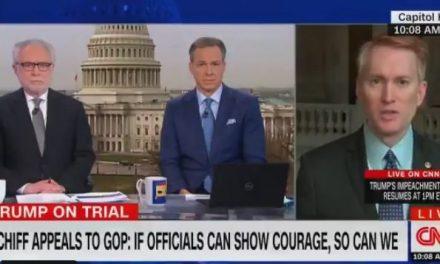 """Acostumbrado a Fox News, Este Senador Republicano no Pudo Resistir Que en CNN le Pidieran """"Hechos, no Opiniones"""""""