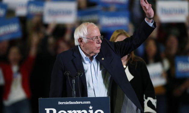 'Vergonzoso': Bernie Sigue Luchando Por Nosotros, Pero los Senadores Demócratas Millonarios Van en Contra