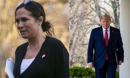 """Secretaria de Prensa de Trump Implanta Nuevo Record Histórico y le Dice al Puesto: """"Bye, bye Baby"""""""
