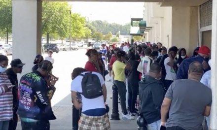 Desenfrenadas las Multitudes en Atlanta no Respetan las Restricciones del Coronavirus Por la Más Banal de las Causas