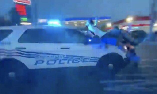 El Departamento de Policía de Detroit Defiende Descaradamente al Oficial que Embistió el Automóvil Contra la Multitud