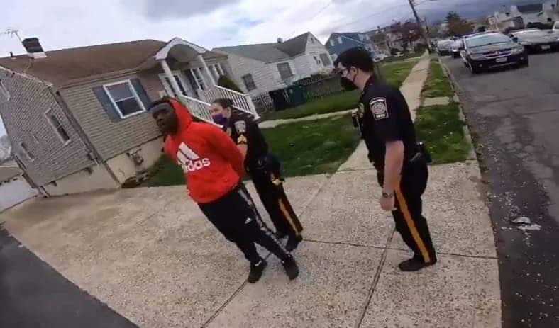 Video Muestra a Policías de NJ Arrestando a Ciclista Negro por No Tener una Licencia de Bicicleta