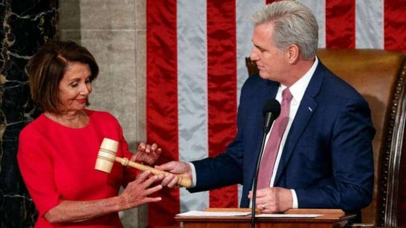 Líder de la Minoría Bromea Cruelmente Con Golpear a Pelosi Con un Mazo y los Republicanos Ríen Entusiasmados
