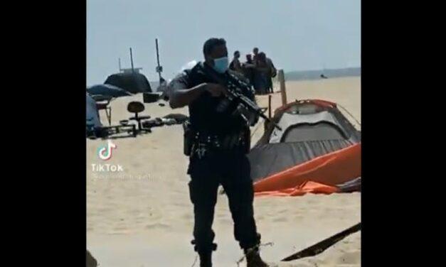 Perturbador Video Muestra a la Policía de Los Ángeles Aterrorizando a las Personas Sin Hogar con Rifles de Asalto