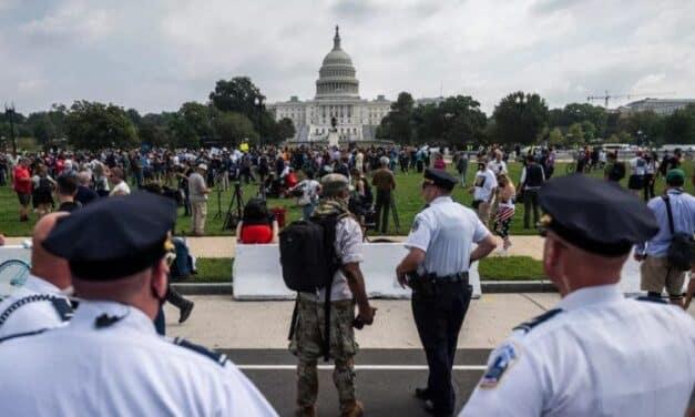 Bochornoso Fracaso del Mítin de los Partidarios de Trump Apoyando los Asaltantes al Capitolio en Enero 6