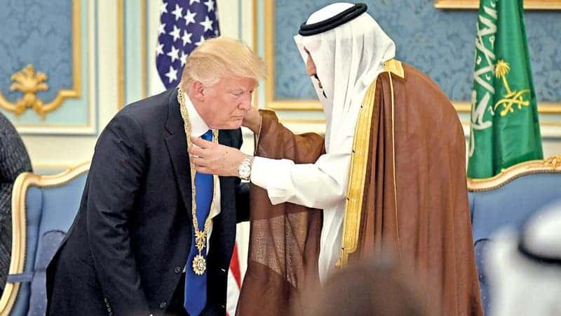 Nuevo Informe Revela Cómo los Saudíes Engañaron a Trump con Abrigos de Piel Sintéticos